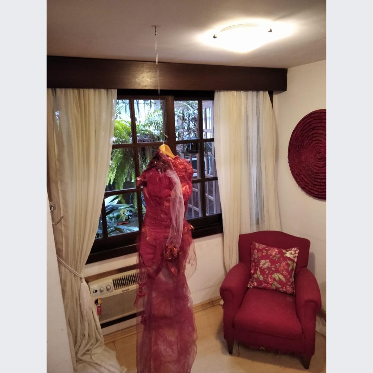 Daisy Viola - Título: vestido mulhercasca na janela
