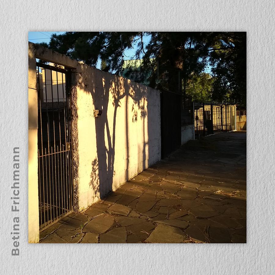 Artista: Betina Frichmann - Título: Meu bairro: Pintura no muro 20cm x 20cm - Técnica: fotografia digital Valor R$ 100,00