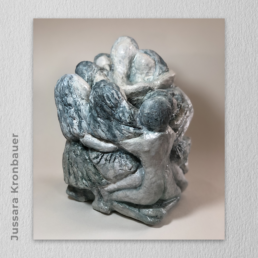 Artista: Jussara Kronbauer - Título: Há tempos de braços e abraços... 15cm x 12,5cm x 21cm - Técnica: Escultura - bloco de concreto celular com pátina Valor 9.500,00